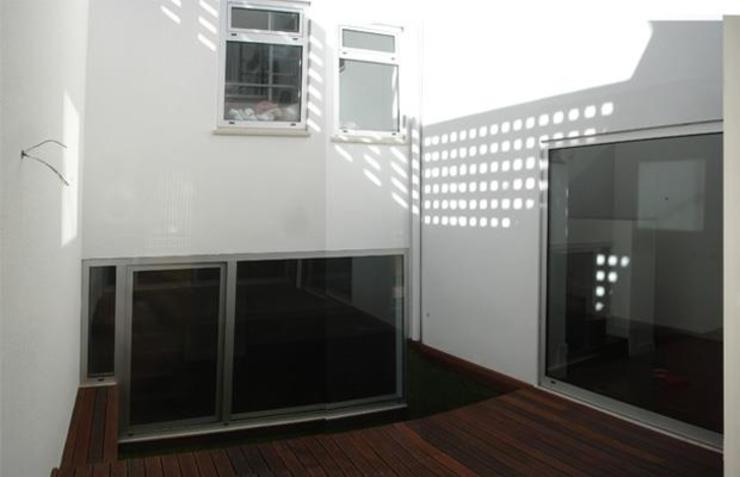 Balcones y terrazas de estilo minimalista de Triplinfinito arquitetura, design e vídeo Lda Minimalista