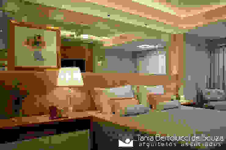 Suite Casal Quartos modernos por Tania Bertolucci de Souza | Arquitetos Associados Moderno
