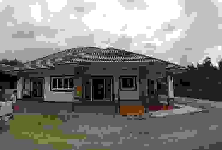 ภาพบ้านเมื่อก่อสร้างเสร็จ: ผสมผสาน  โดย แบบบ้านออกแบบบ้านเชียงใหม่, ผสมผสาน