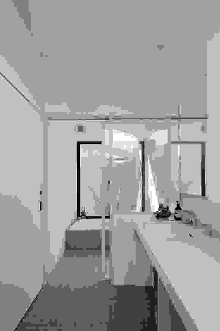 Modern Bathroom by arc-d Modern