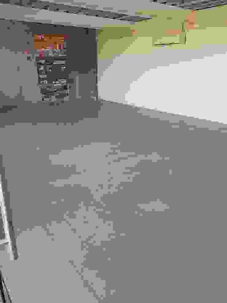Oficinas Proinbal - Sello Poliuretano Alto Brillo Garajes de estilo moderno de Decosuelos Moderno