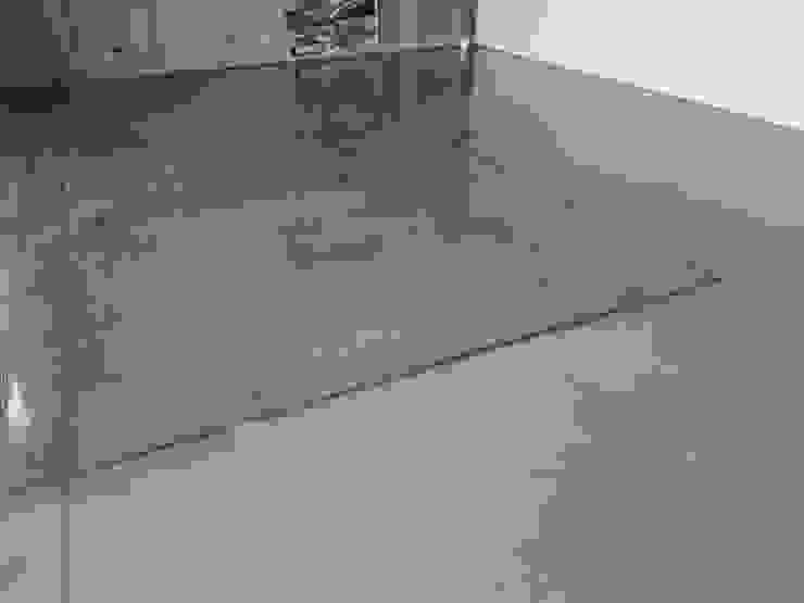 Oficinas Proinbal – Sello Poliuretano Alto Brillo Garajes de estilo moderno de Decosuelos Moderno