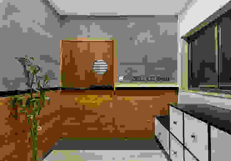 Industrial style doors by Studio Nishita Kamdar Industrial