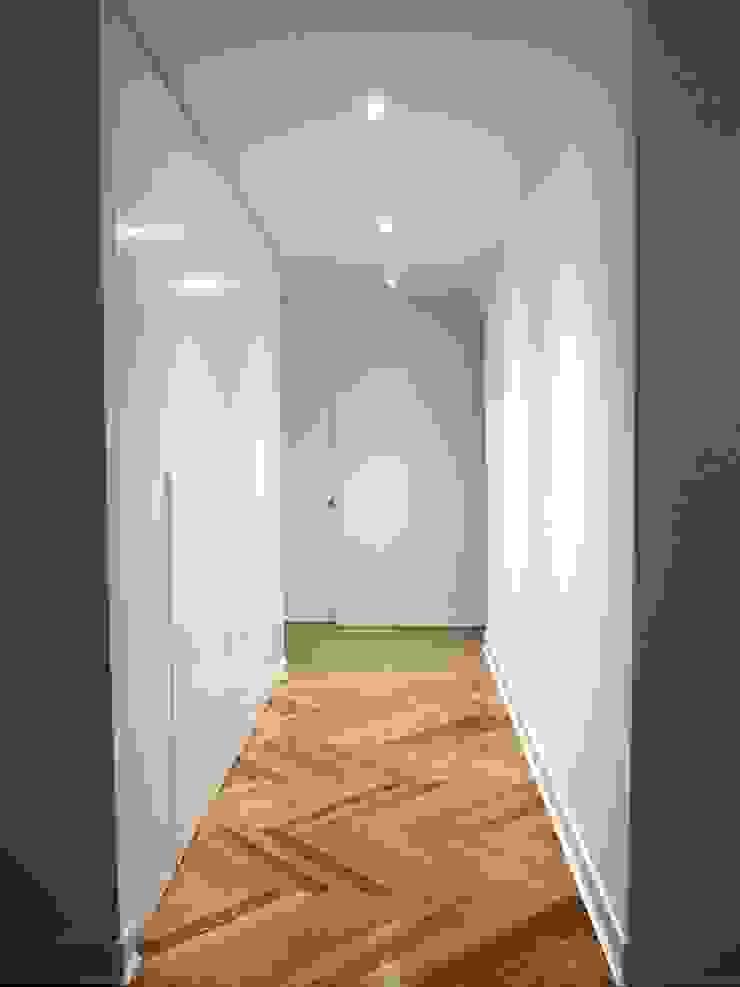 Couloir, entrée, escaliers modernes par Reformmia Moderne