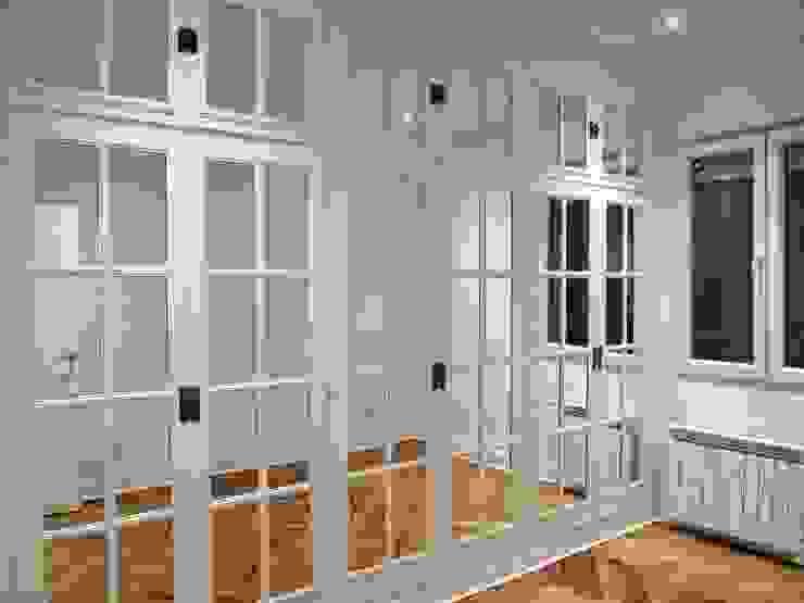Armario restaurado de madera y vidrio Reformmia Dormitorios de estilo moderno