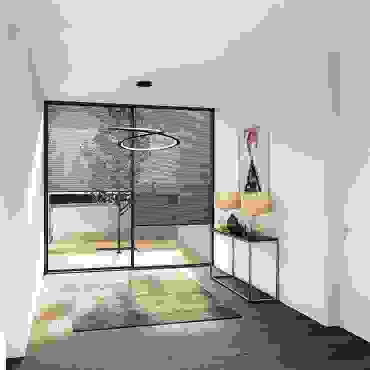 Pasillos, vestíbulos y escaleras modernos de EsboçoSigma, Lda Moderno