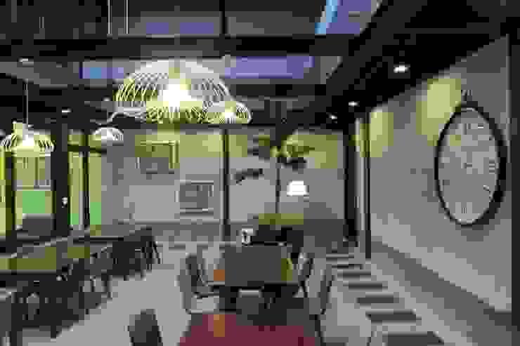 挑高用餐空間 根據 鄒迷藏設計|人衣人兒工作室 隨意取材風
