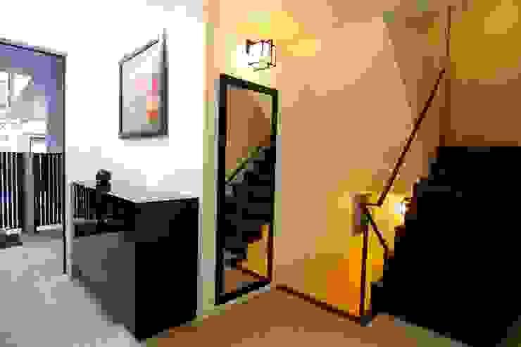 玄関 Sデザイン設計一級建築士事務所 オリジナルスタイルの 玄関&廊下&階段 石 黒色