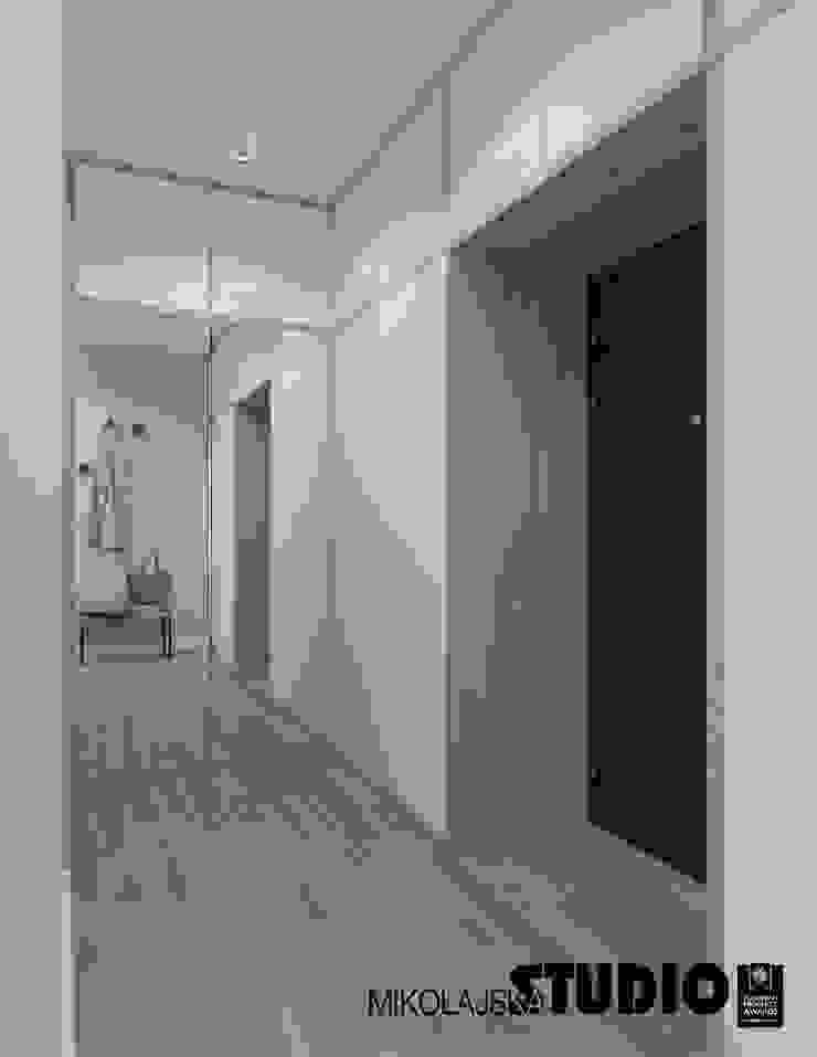 Scandinavian corridor, hallway & stairs by MIKOŁAJSKAstudio Scandinavian