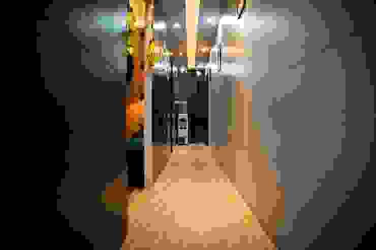 Vibe Art:  Corridor & hallway by M.U Interiors,Classic