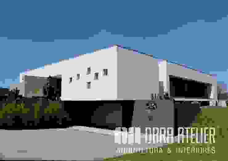 Lado Exterior   Direito por OBRA ATELIER - Arquitetura & Interiores Moderno