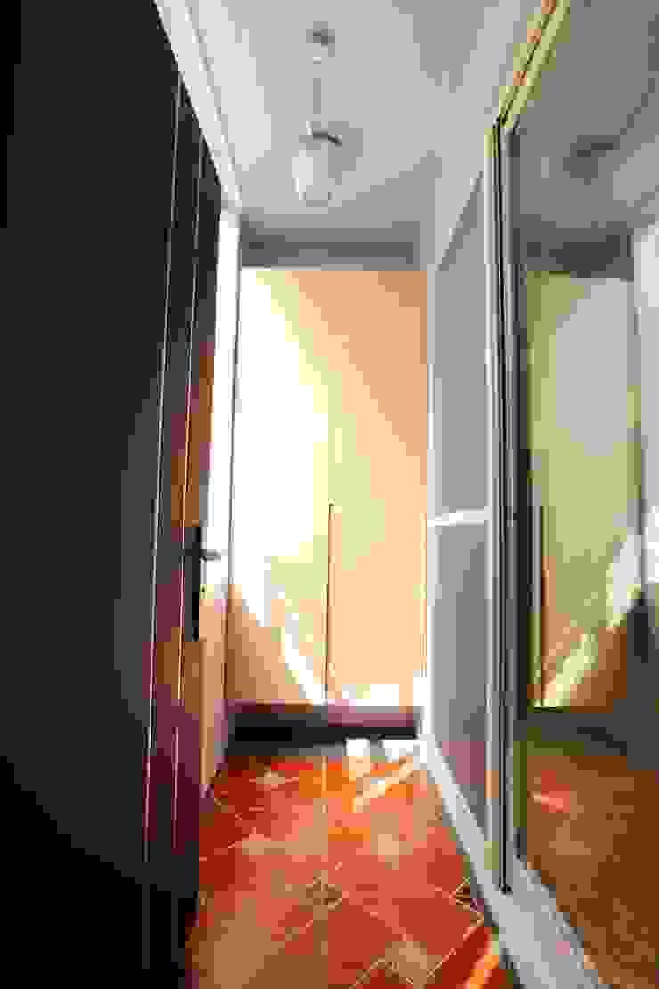 Коридор, прихожая и лестница в скандинавском стиле от 青築制作 Скандинавский