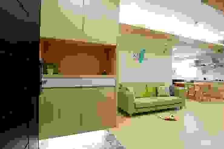 廚房、餐廳、書房、客廳都湊在一塊的熱鬧生活 青築制作 斯堪的納維亞風格的走廊,走廊和樓梯