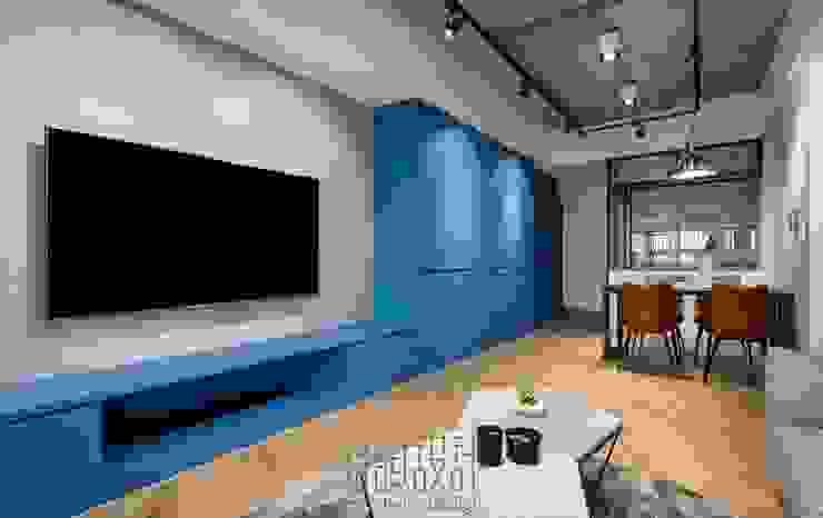 傾斜木地板使公領域更加有其空間個性 by 湘頡設計 Industrial Wood Wood effect