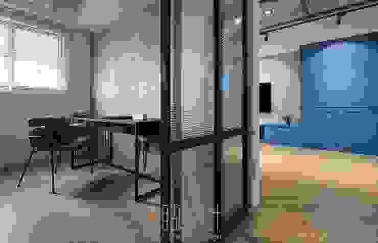 玻璃拉門隔間的書房 Industrial style dining room by 湘頡設計 Industrial