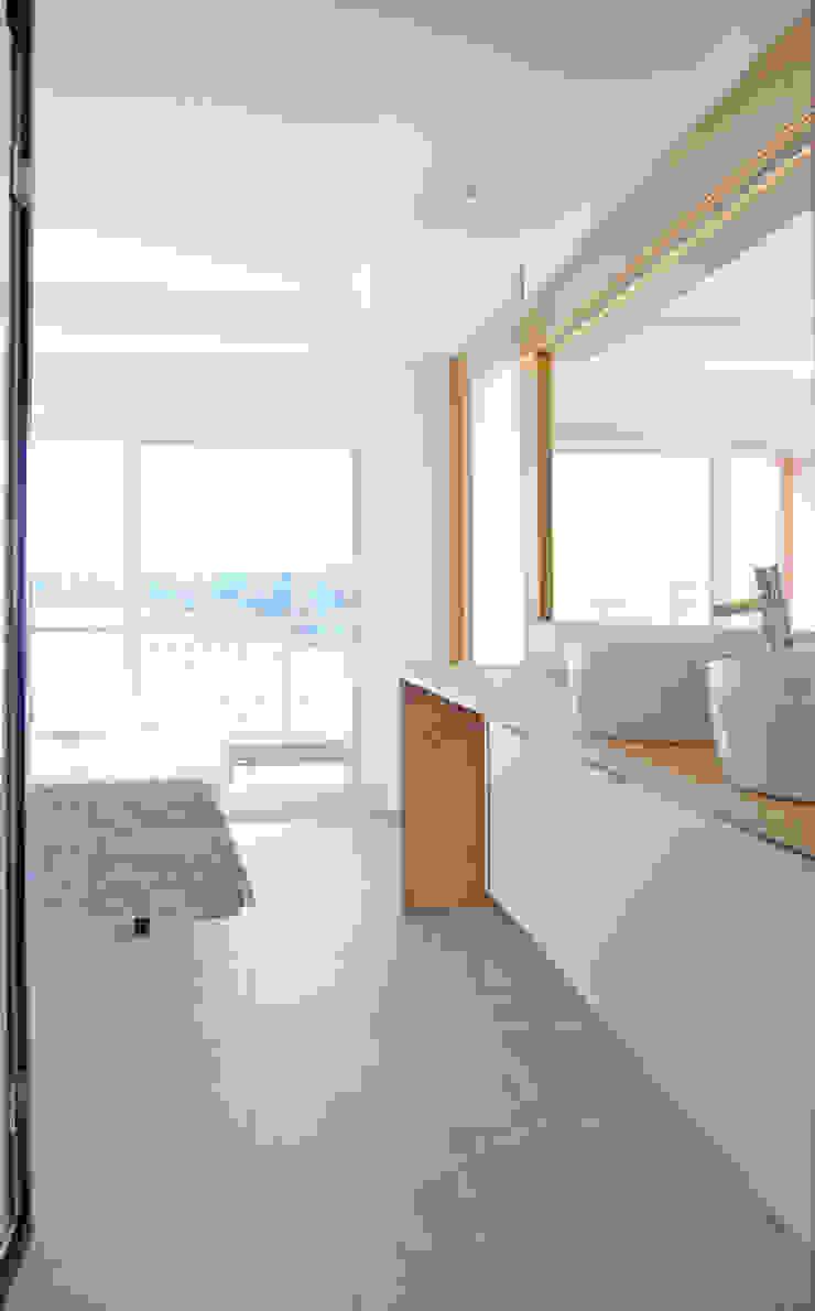 Apartamento frente al mar Dormitorios de estilo moderno de Loft 26 Moderno Madera Acabado en madera