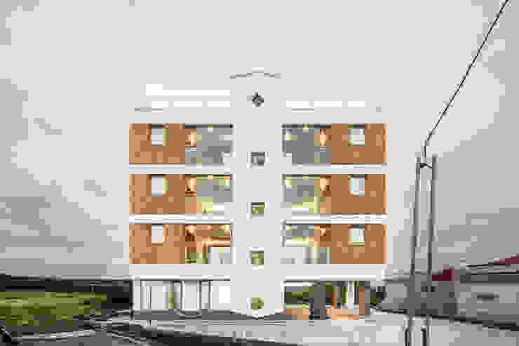 정면 by 에이오에이 아키텍츠 건축사사무소 (aoa architects) 모던 벽돌