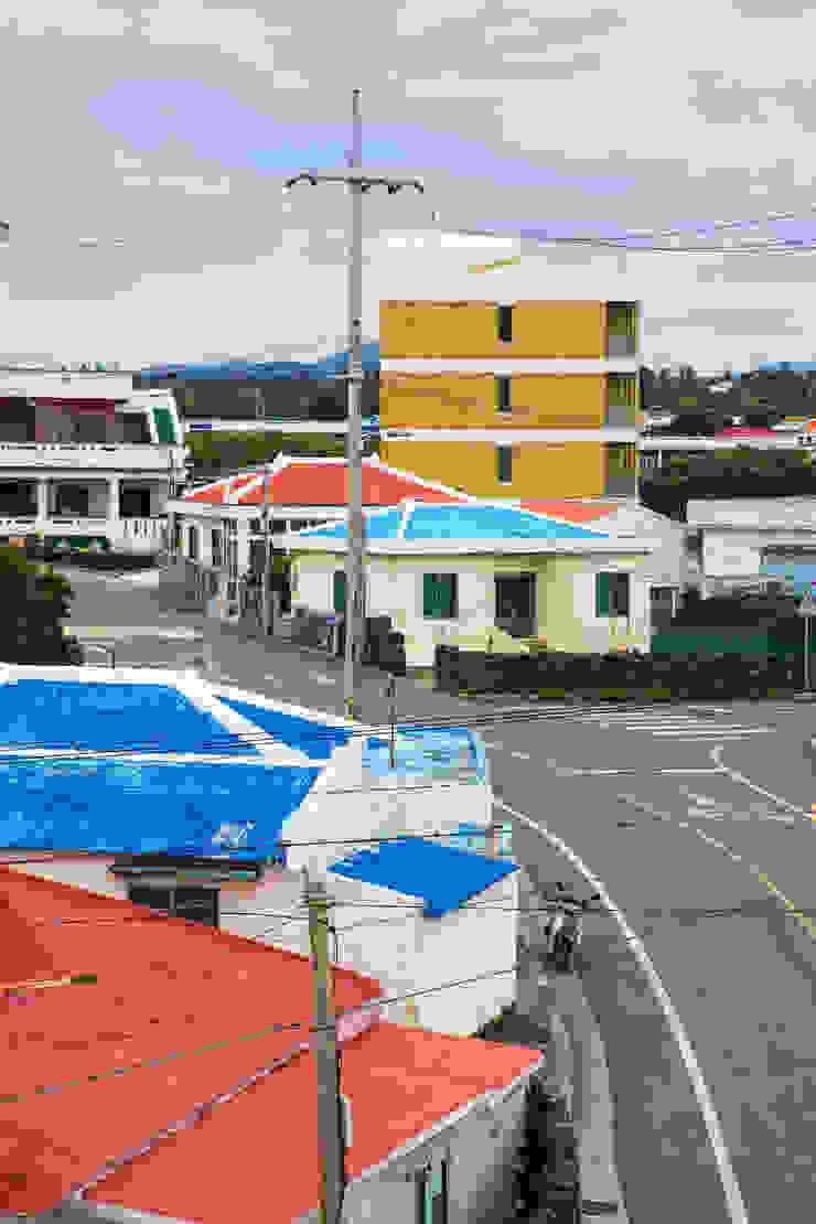 바닷가 집들 지붕색과의 어울림 by 에이오에이 아키텍츠 건축사사무소 (aoa architects) 모던 벽돌