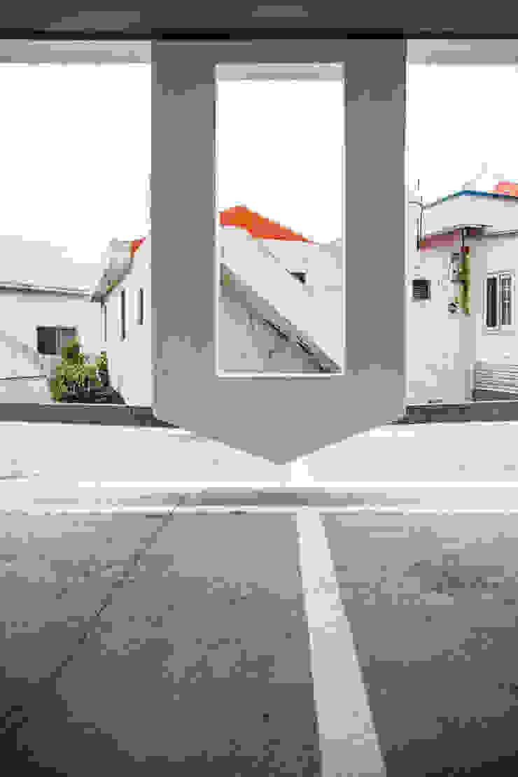 떠있은 벽체와 옆집 by 에이오에이 아키텍츠 건축사사무소 (aoa architects) 모던 철근 콘크리트