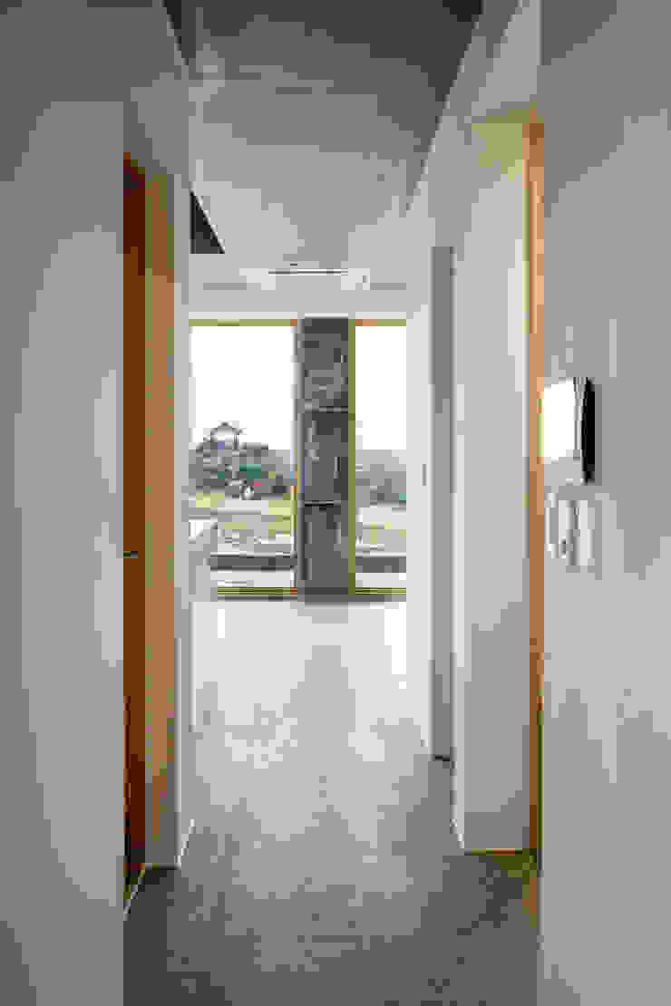 1층세대 진입부 러스틱스타일 복도, 현관 & 계단 by 에이오에이 아키텍츠 건축사사무소 (aoa architects) 러스틱 (Rustic) 돌