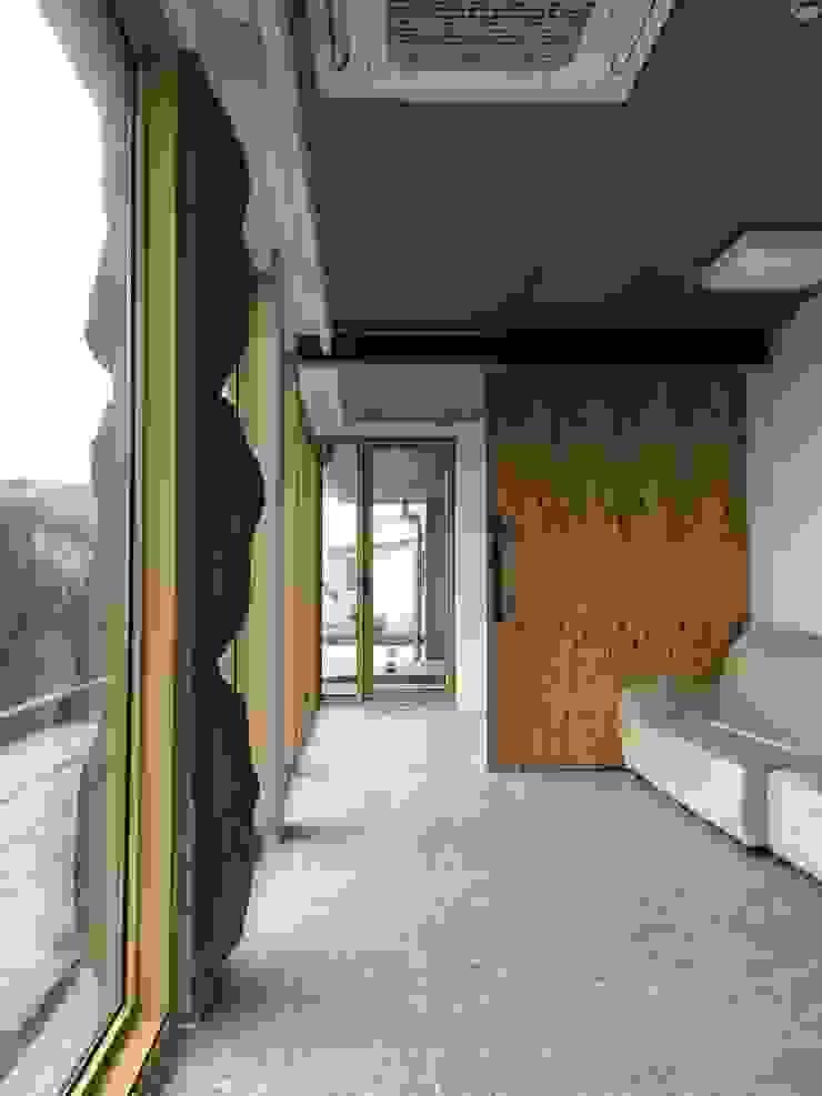 1층세대 거실 러스틱스타일 거실 by 에이오에이 아키텍츠 건축사사무소 (aoa architects) 러스틱 (Rustic) 돌