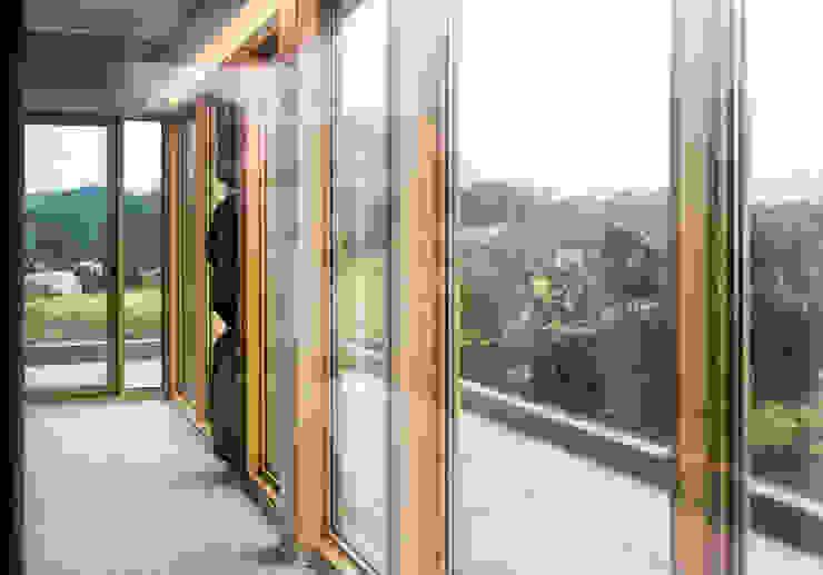 1층세대 거실 러스틱스타일 거실 by 에이오에이 아키텍츠 건축사사무소 (aoa architects) 러스틱 (Rustic) 알루미늄 / 아연