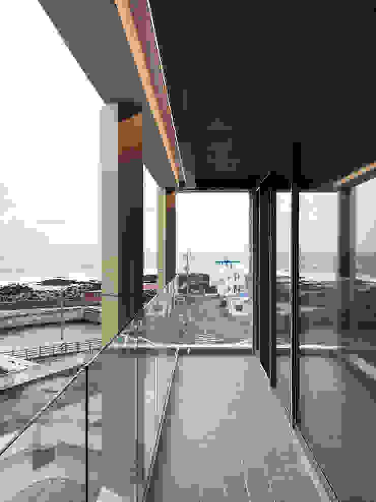 테라스와 바다 모던스타일 발코니, 베란다 & 테라스 by 에이오에이 아키텍츠 건축사사무소 (aoa architects) 모던 알루미늄 / 아연