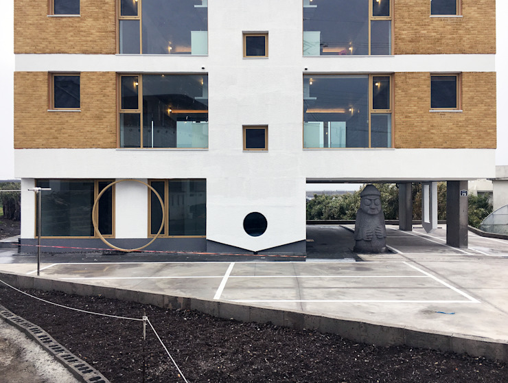 진입부 돌하르방 문주 by 에이오에이 아키텍츠 건축사사무소 (aoa architects) 모던 벽돌