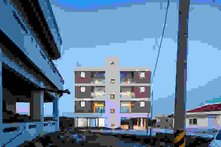 초저녁 정면 by 에이오에이 아키텍츠 건축사사무소 (aoa architects) 모던 벽돌