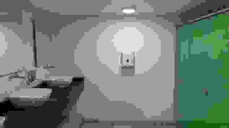 BAÑO MUJERES Baños de estilo minimalista de Plano 13 Minimalista