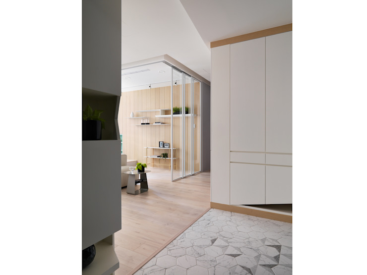 Pasillos, vestíbulos y escaleras de estilo escandinavo de 寓子設計 Escandinavo
