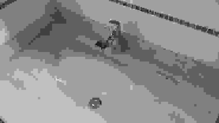 CASA ESTEVEZ AOG Baños de estilo minimalista Madera Amarillo
