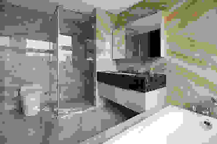 Salle de bain moderne par 木博士團隊/動念室內設計制作 Moderne