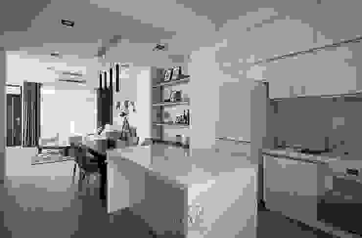 善用空間高度儲物的廚房區域 根據 湘頡設計 簡約風