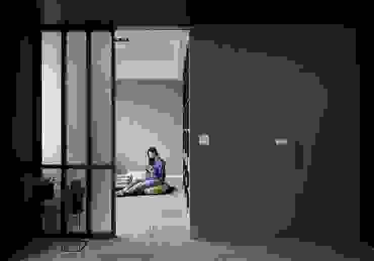 玻璃拉門隔出獨立式多功能區 根據 湘頡設計 簡約風