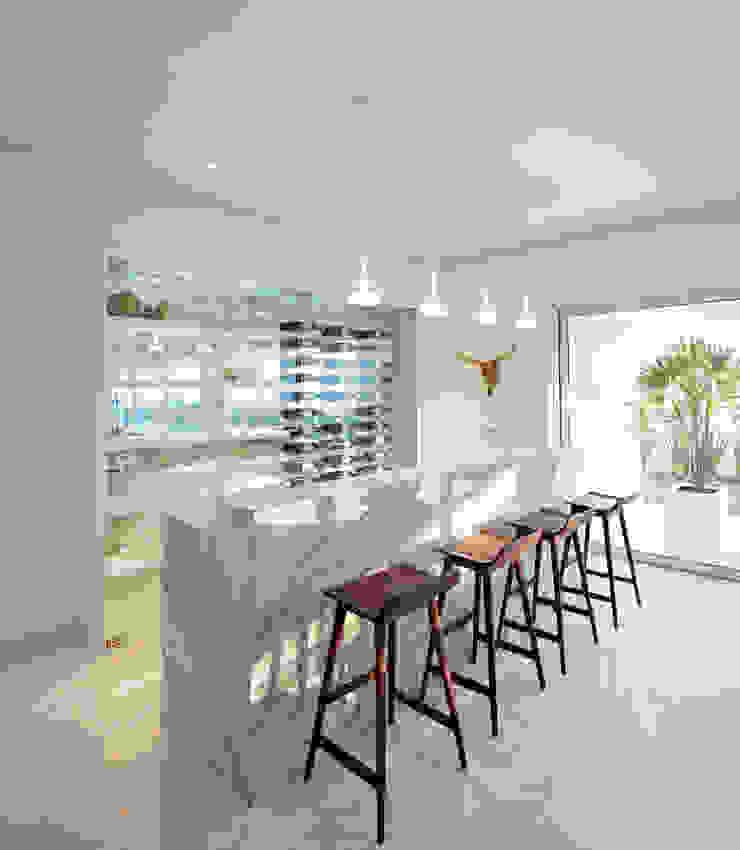 Ruang Penyimpanan Wine/Anggur Minimalis Oleh GLR Arquitectos Minimalis Kaca