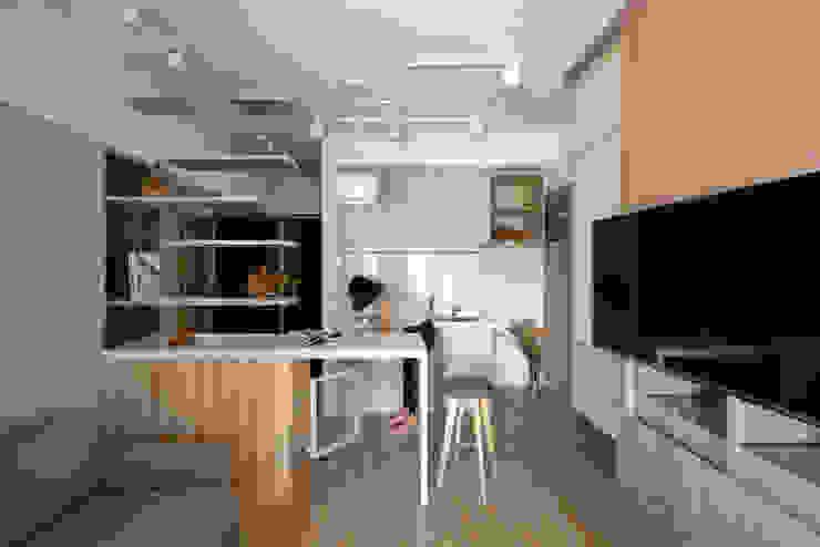 輕透關係 现代客厅設計點子、靈感 & 圖片 根據 有偶設計 YOO Design 現代風