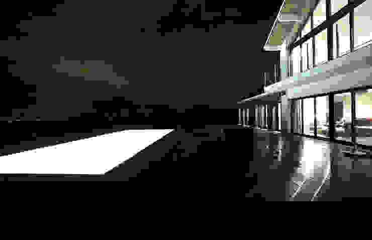 Exterior de casa com piscina em França por OGGOstudioarchitects, unipessoal lda Moderno