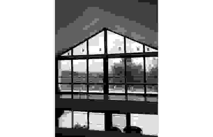 Envidraçado de moradia com piscina com vista sobre a paisagem por OGGOstudioarchitects, unipessoal lda Moderno
