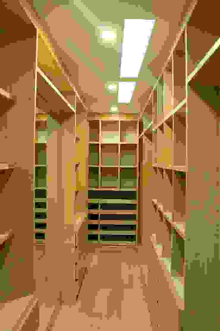 vestier principal Vestidores de estilo moderno de IngeniARQ Arquitectura + Ingeniería Moderno