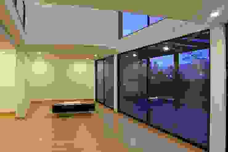 sala + estudio Salas modernas de IngeniARQ Arquitectura + Ingeniería Moderno