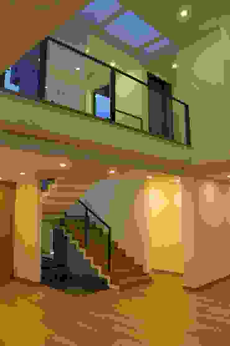 escalera + doble altura de IngeniARQ Arquitectura + Ingeniería Moderno