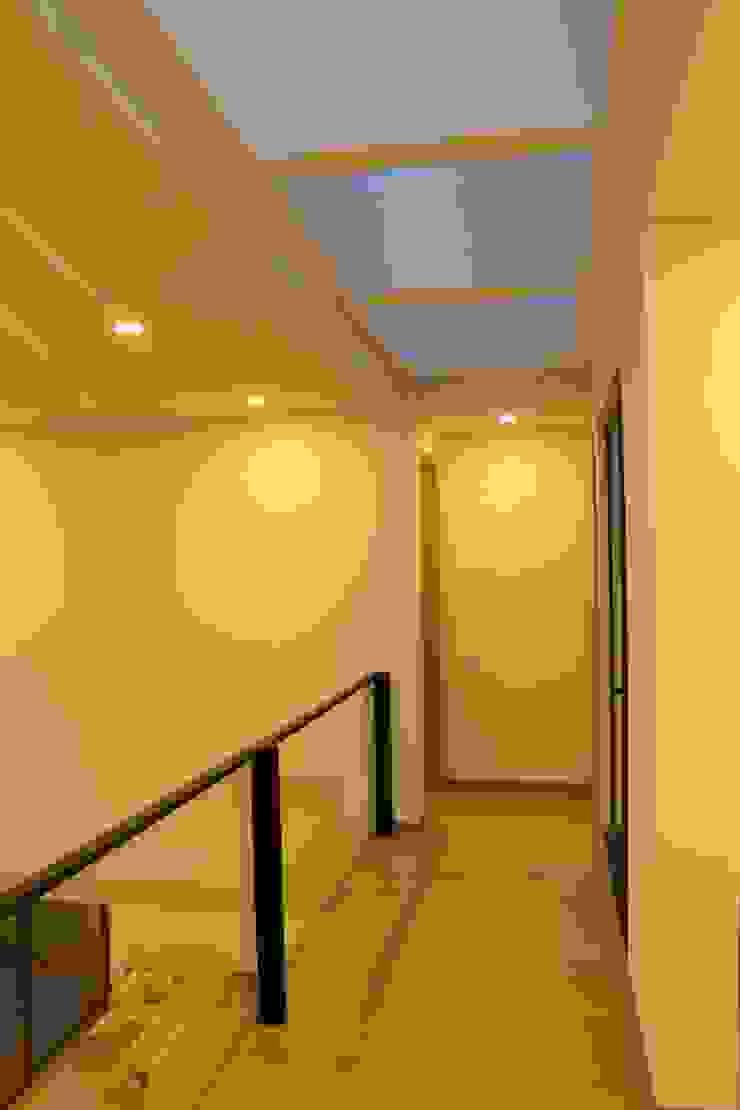 vacio Pasillos, vestíbulos y escaleras de estilo moderno de IngeniARQ Arquitectura + Ingeniería Moderno