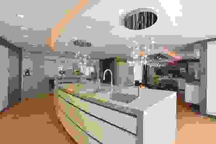 Mr & Mrs Unsworth Diane Berry Kitchens Вбудовані кухні Бежевий