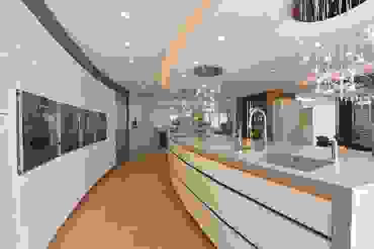 Mr & Mrs Unsworth Diane Berry Kitchens Вбудовані кухні Янтарний / Золотий