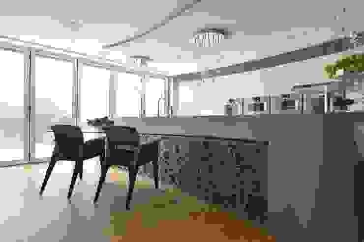 Mr & Mrs Unsworth Diane Berry Kitchens Вбудовані кухні Металевий / срібло