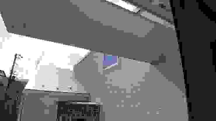 中庭に面するバルコニー 滝沢設計合同会社 モダンデザインの テラス