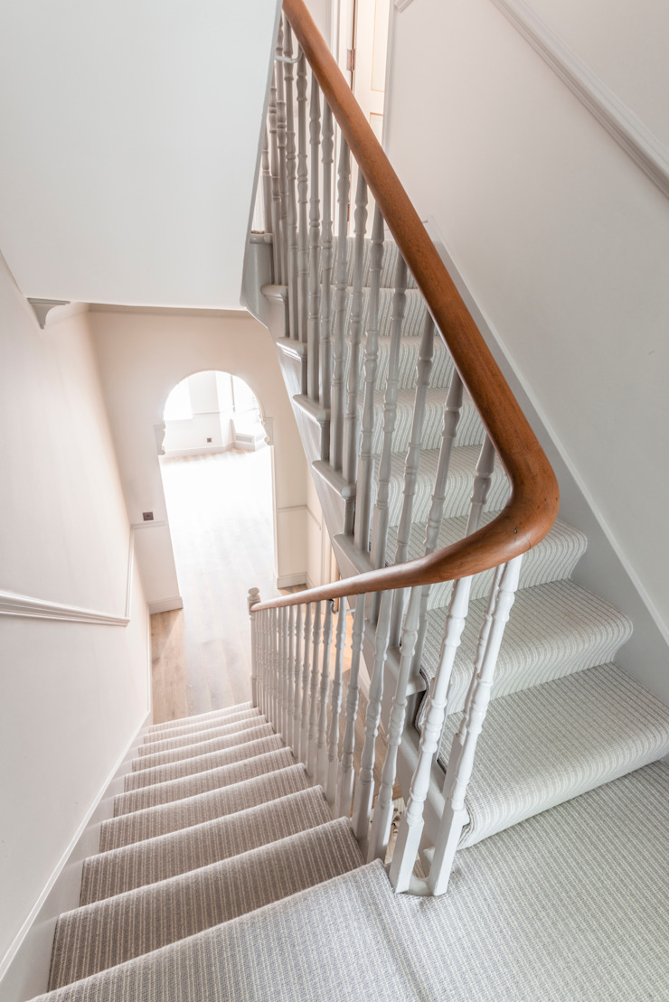 Stairs with wooden balustrade finishes Prestige Architects By Marco Braghiroli Stairs