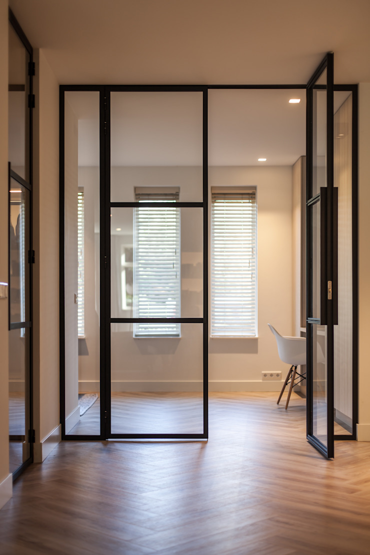 Scandinavian style corridor, hallway& stairs by Bob Romijnders Architectuur + Interieur Scandinavian