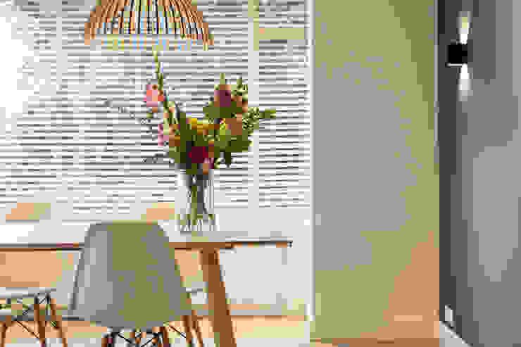 Scandinavian style dining room by Bob Romijnders Architectuur + Interieur Scandinavian